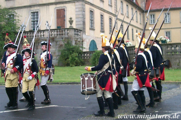 Prussian infantry und Hesse-Kassel grenadiers parade in front of Schloss Fasanerie